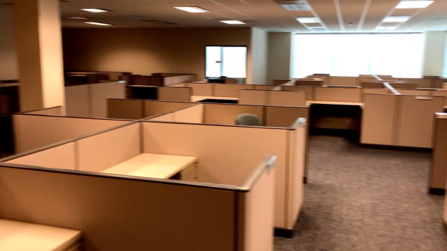 vídeos de stock e filmes b-roll de the coronavirus pandemic of 2020 had employees working from home and as a result many offices spaces have been emptied such as this one. this shot is... - secretária mobília
