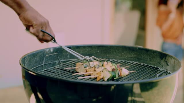 vidéos et rushes de le compte à rebours de la bonté grillée - barbecue
