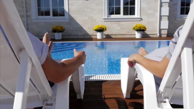 Das Paar liegt in der Nähe der Pools