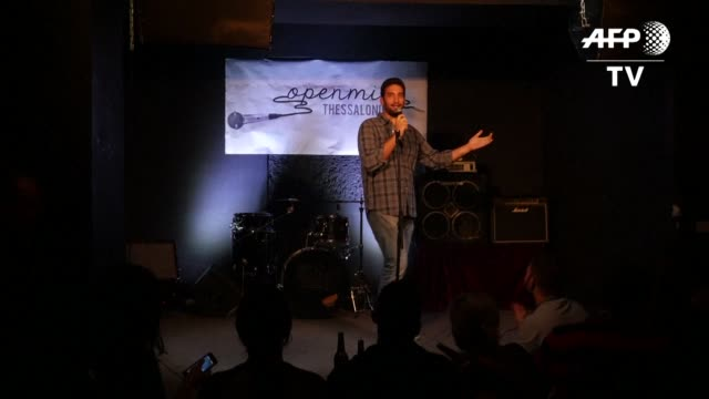 stockvideo's en b-roll-footage met the crammed basement bar heaves with laughter as the young comedians take to the microphone riffing on daily life in austerity slammed greece - komiek