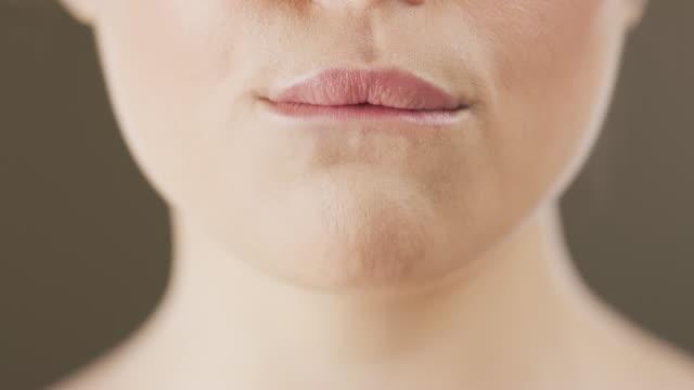 vidéos et rushes de les envies prennent le dessus sur moi - se mordre les lèvres