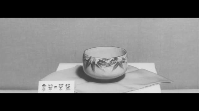 the creators of kenzan/individual exhibition in nagoya pottery on display kiichi yamamoto digging clay shaping clay in longterm workshop in inuyama... - tonkeramik stock-videos und b-roll-filmmaterial