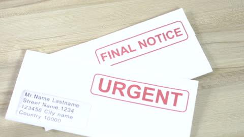 vidéos et rushes de la crise du crédit, de la dette et la récession gardez une trace des factures et des dépenses en souffrance et en retard pour les paiements urgents. factures et factures jetées sur la table. - temps limité