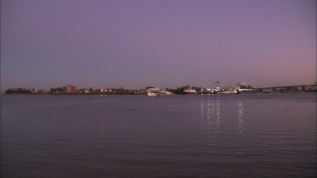vídeos y material grabado en eventos de stock de the crescent city connection bridge stretches across the mississippi river. available in hd - río misisipí