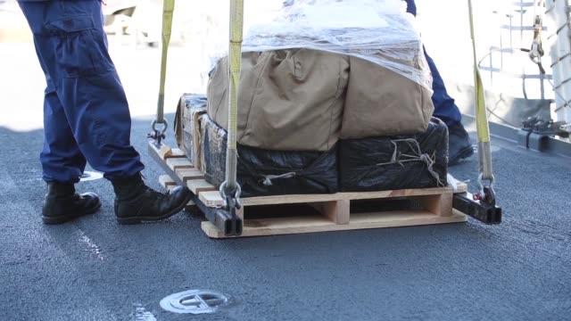 vidéos et rushes de the crew of the coast guard cutter bertholf offloads more than 36,000 pounds of suspected contraband at b street pier, san diego, march 20, 2018. the... - équipe de voile