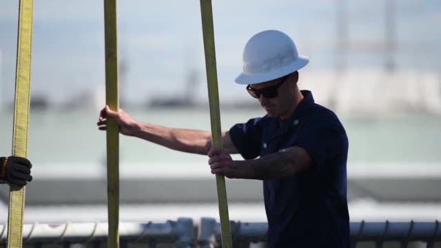 vídeos de stock, filmes e b-roll de the crew of the coast guard cutter bertholf offloads more than 36000 pounds of suspected contraband at b street pier san diego march 20 2018 the... - dada de cartas