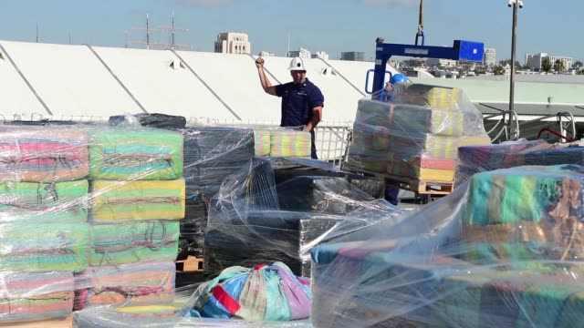 vídeos de stock, filmes e b-roll de the crew of the coast guard cutter stratton offload 47000 pounds of cocaine with a value of more than $721 million in san diego jan 25 2018 the... - dada de cartas