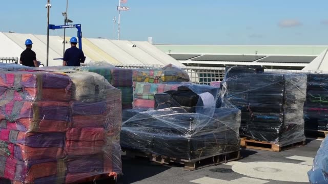 the crew of the coast guard cutter stratton offload 47000 pounds of cocaine with a value of more than $721 million in san diego jan 25 2018 the... - 密輸点の映像素材/bロール