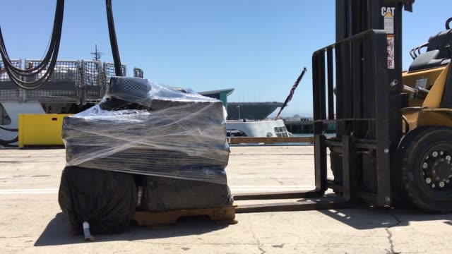 vídeos de stock e filmes b-roll de the crew of united states coast guard cutter steadfast offloads more than 26000 pounds of cocaine in san diego july 26 2019 the drugs were seized... - cocaína