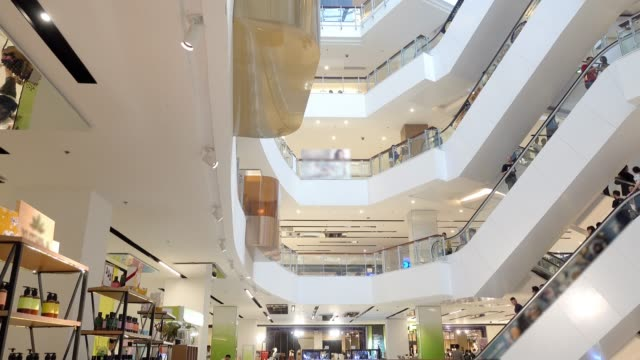 die menge an innenraum mit aufzug der shopping-mall. - bangkok stock-videos und b-roll-filmmaterial
