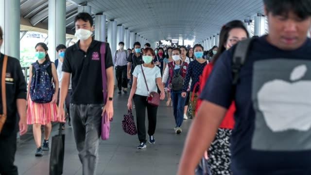 the crowd is wearing protective masks prevent coronavirus, covid 19 virus during virus outbreak and pm2.5 air pollution crisis rush hour bangkok, thailand - rush hour 2 bildbanksvideor och videomaterial från bakom kulisserna
