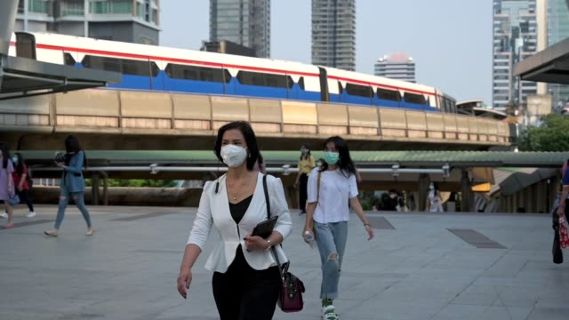 the crowd is wearing protective masks prevent coronavirus, covid 19 virus during virus outbreak and pm2.5 air pollution crisis rush hour bangkok, thailand - luftverschmutzung stock-videos und b-roll-filmmaterial