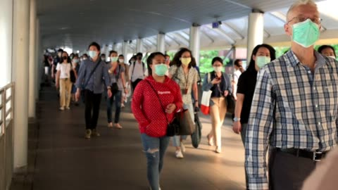 the crowd is wearing protective masks prevent coronavirus, covid 19 virus during virus outbreak and pm2.5 air pollution crisis rush hour bangkok, thailand - covid 19 個影片檔及 b 捲影像