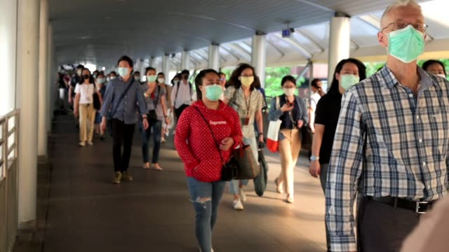 vídeos de stock e filmes b-roll de the crowd is wearing protective masks prevent coronavirus, covid 19 virus during virus outbreak and pm2.5 air pollution crisis rush hour bangkok, thailand - transportation