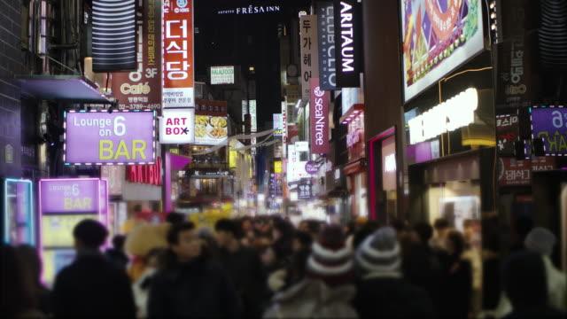 夜の韓国の都市生活の中で忙しい商店街を歩く人々の群衆 - 豊富点の映像素材/bロール