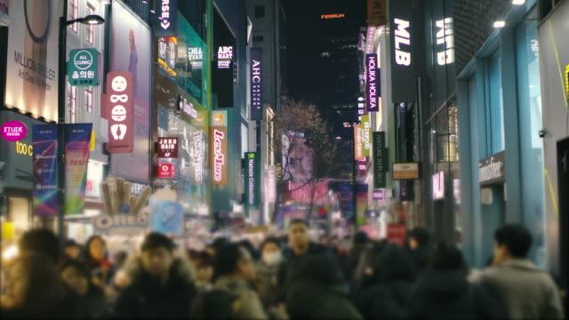 夜の韓国の都市生活の中で忙しい商店街を歩く人々の群衆 - 韓国文化点の映像素材/bロール
