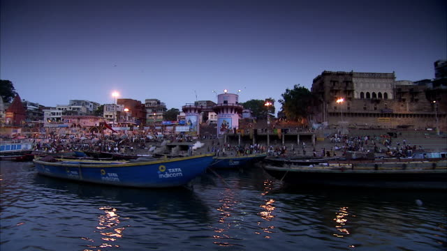 stockvideo's en b-roll-footage met the crowded banks of the river ganges. - bedevaart
