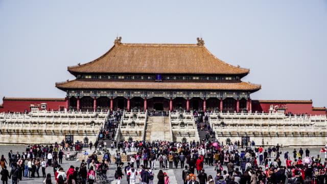die überfüllten besucher wandern in der verbotenen stadt, peking, china - besichtigung stock-videos und b-roll-filmmaterial