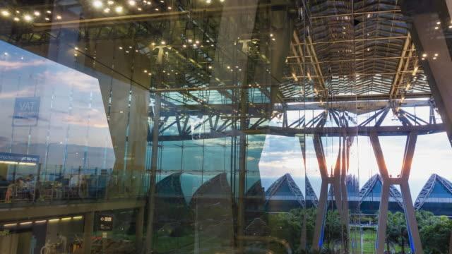人群,遊客在機場建設時間失效通勤旅客人群和反射暮色日落雲的天空。 - 合成膠片 個影片檔及 b 捲影像