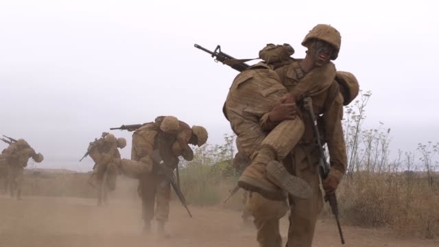 the crucible is a 54-hour event that recruits must go through to earn the title of united states marine while training at marine corps recruit depot... - military recruit stock-videos und b-roll-filmmaterial
