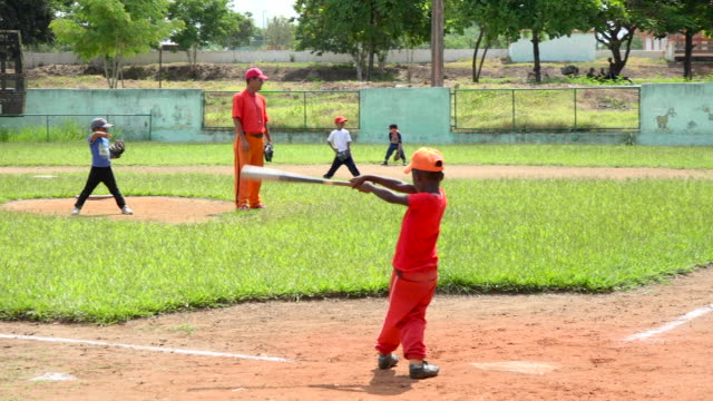 vidéos et rushes de the cuban revolution takes very seriously the teaching of baseball it does not happen spontaneously children are selected since very young age and... - révolution cubaine