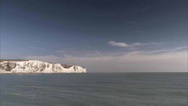 The current of the ocean flows toward the coast of the White Cliffs of Dover.