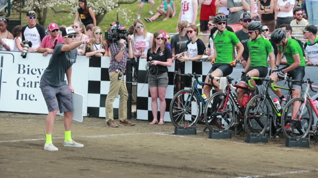 vídeos de stock e filmes b-roll de the cutters team coach displays a sign for a member of this team during the 2016 men's little 500 at indiana university / the little 500 is a bicycle... - instrutor