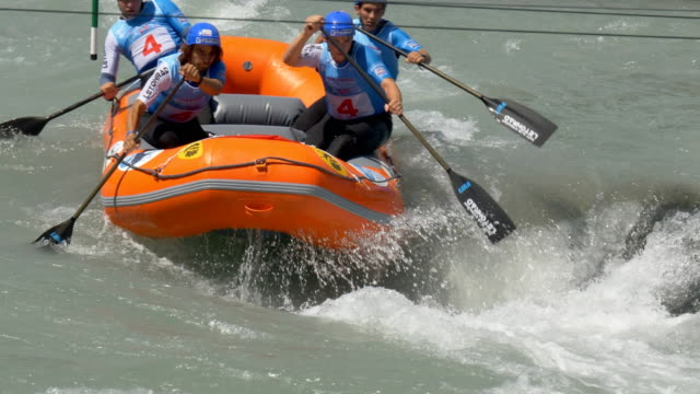 the czech men's under 19 rafting team in the slalom competition on the dora baltea river during world rafting championship on 23 july 2018, ivrea - world rafting championship video stock e b–roll