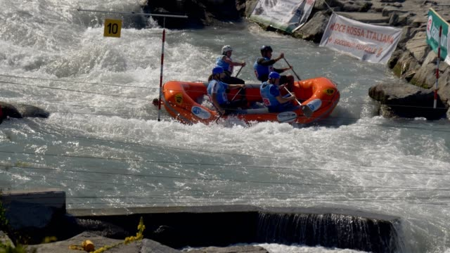 the czech men's under 23 rafting team in the slalom competition on the dora baltea river during world rafting championship on 23 july 2018, ivrea - world rafting championship video stock e b–roll