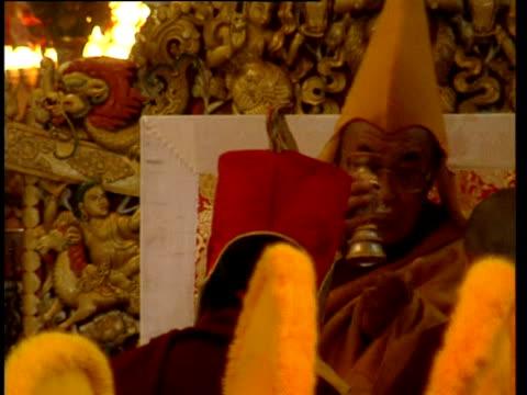 vídeos de stock, filmes e b-roll de the dalai lama at a ceremony - vestimenta religiosa