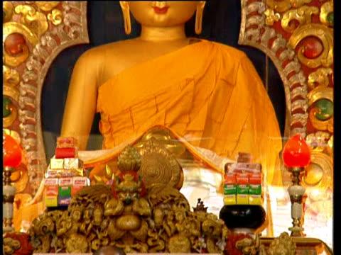 vídeos de stock, filmes e b-roll de the dalai lama speaks - vestimenta religiosa