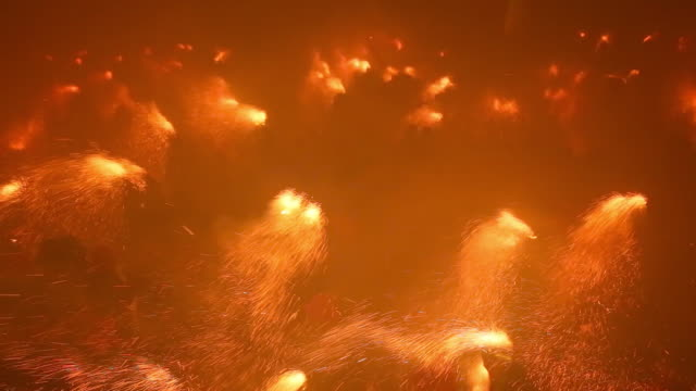vidéos et rushes de the dance of the plens in the berga patum with fire and sparks. - héritage