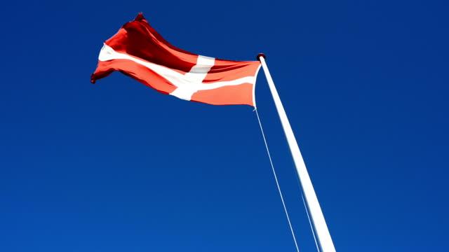 vídeos y material grabado en eventos de stock de el danés banderas sopla en el viento y el cielo es azul claro - danish flag