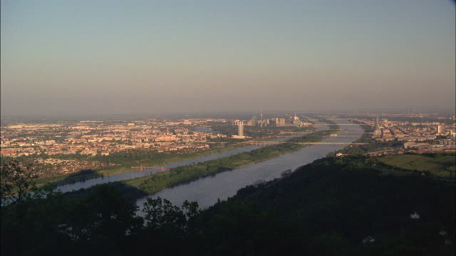 the danube river flows through vienna, austria. - ウィーン点の映像素材/bロール