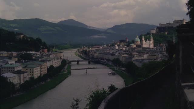 vidéos et rushes de the danube river runs through vienna. - river danube