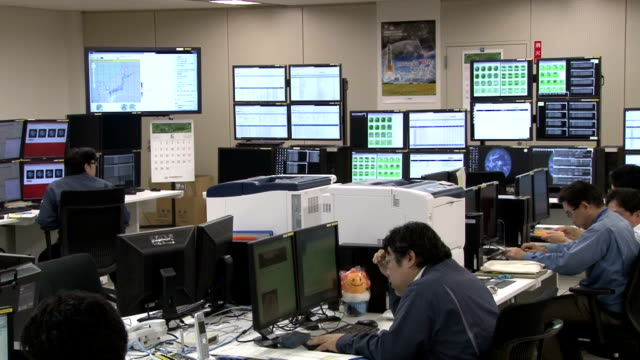 vidéos et rushes de the data center in itabashi ward, tokyo responsible for controlling and receiving observation images from the next-generation weather satellite... - groupe organisé