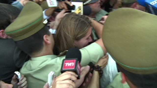 vídeos de stock e filmes b-roll de the daughter in law of president michelle bachelet was heckled wednesday after appearing for questioning over allegations her family used its... - persuasão