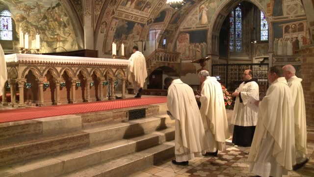 wgn the day before being elevated to cardinal at the vatican chicago archbishop blase cupich celebrated mass at the basilica of st francis in assisi... - franziskus kirche stock-videos und b-roll-filmmaterial