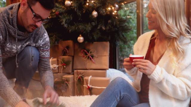 am tag vor weihnachten - menschliche gliedmaßen stock-videos und b-roll-filmmaterial