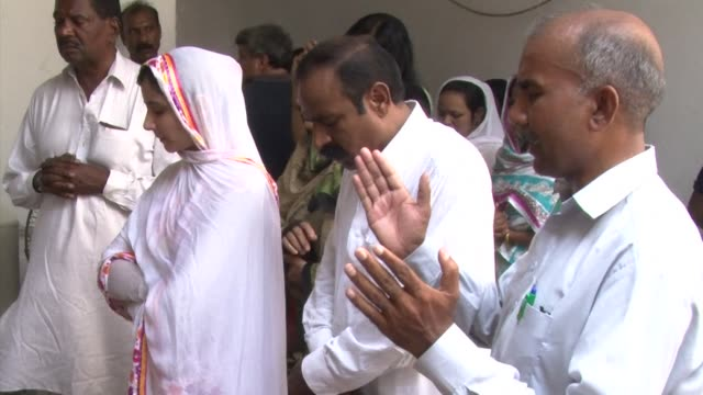 the death toll from a double suicide bombing on a church in pakistan rose to 81 monday as christians protested across the country to demand better... - peshawar video stock e b–roll