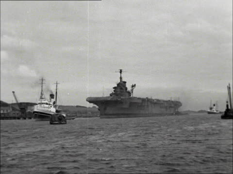 the decommissioned aircraft carrier hms formidable is towed into the breakers yard on the firth of forth 1953 - fluss firth of forth stock-videos und b-roll-filmmaterial