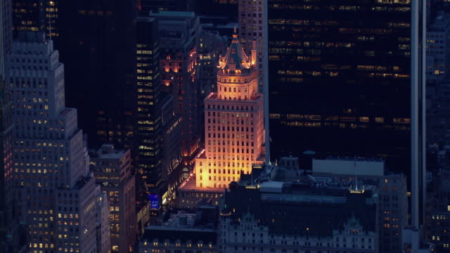 the decorative crown building located on 5th avenue, new york city, illuminated at night. - 20世紀のスタイル点の映像素材/bロール