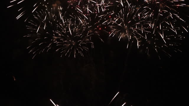 vídeos y material grabado en eventos de stock de los fuegos artificiales de desenfoque oro bangkok, tailandia - firework explosive material