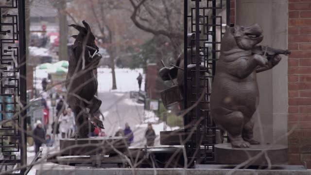 the delacorte musical clock animals in central park - central park zoo stock-videos und b-roll-filmmaterial