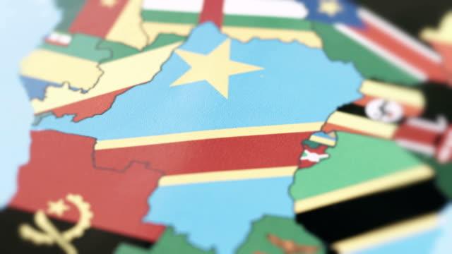 die demokratische republik kongo grenzt nationalflagge auf weltkarte - demokratie stock-videos und b-roll-filmmaterial