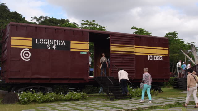 the derailment of the armoured train was the decisive action in defeating the batista dictatorship in the caribbean island. the battle was led by the... - 脱線点の映像素材/bロール