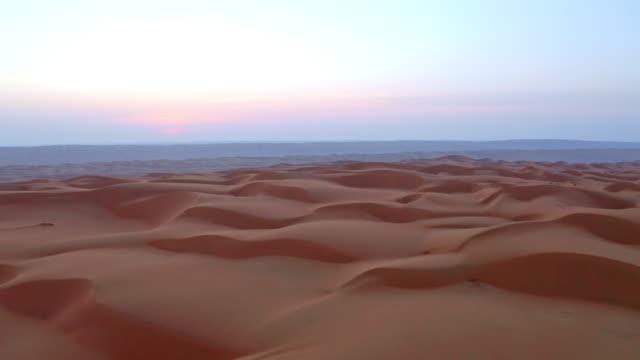 vídeos y material grabado en eventos de stock de aerial el desierto en omán al amanecer - paisaje árido