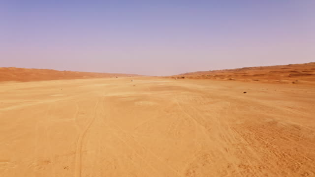 aerial the desert in oman - inquadratura da un aereo video stock e b–roll