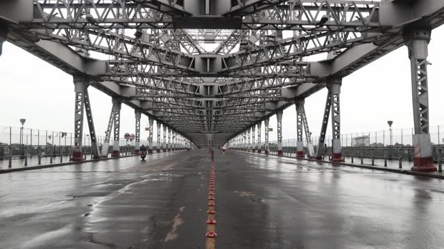the deserted howrah bridge during the biweekly lockdown amid the covid-19 pandemic, in kolkata, india, on august 27, 2020. - howrabron bildbanksvideor och videomaterial från bakom kulisserna