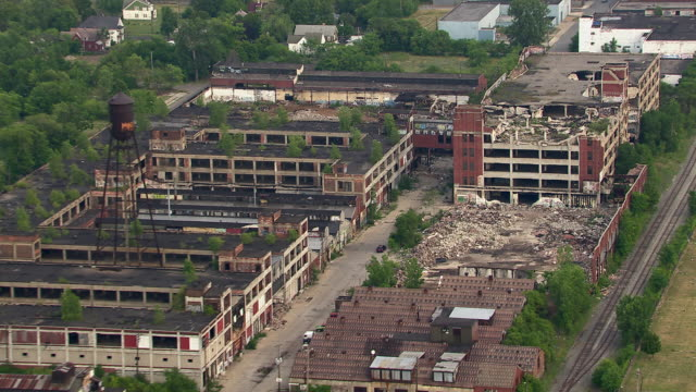 the deserted packard automotive plant in detroit, michigan. the plant is deteriorating due to neglect and the work of scrappers and vandals. - 自動車産業点の映像素材/bロール